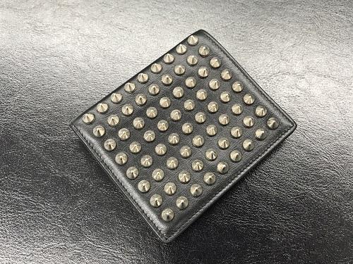 クリスチャンルブタン(ChristianLouboutin)二つ折り財布 スタッズ レザー 中古品