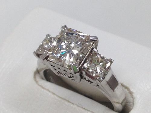 ダイヤモンドリング プリンセスカット 三粒 プラチナ 宝石強化買取