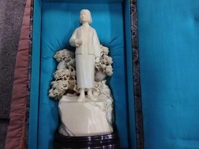 中国彫刻象牙の置物「松の前で立つ少女」
